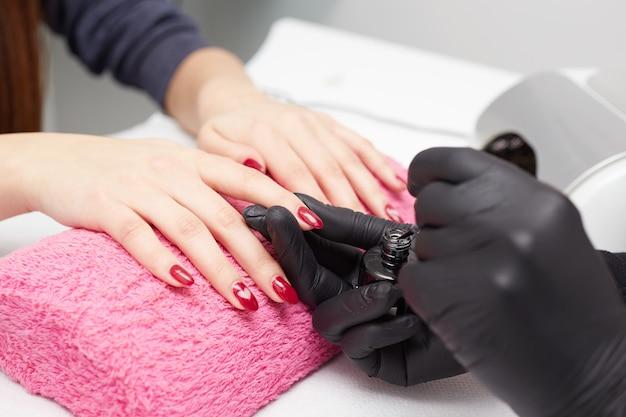 Mulher fazendo a manicure