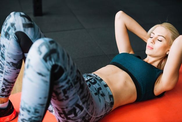 Mulher fazendo abdômen abdominal