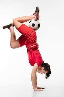 Mulher fazendo acrobacias com bola de futebol