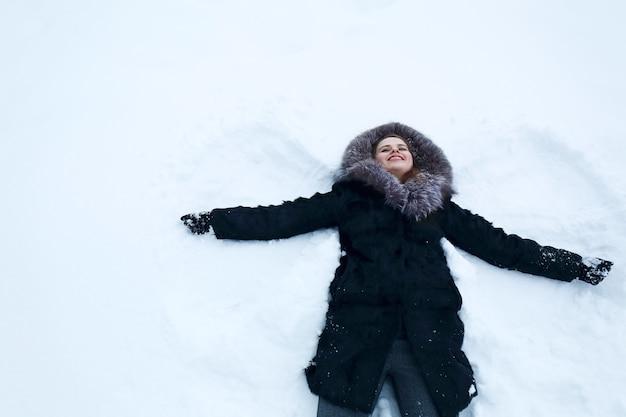 Mulher fazendo anjo de neve