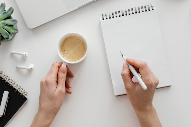 Mulher fazendo anotações em um bloco de notas