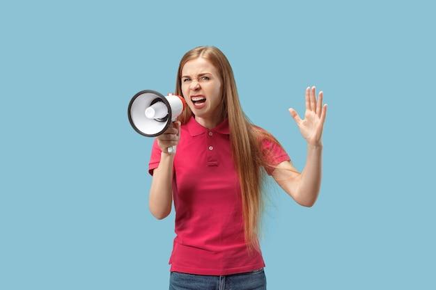 Mulher fazendo anúncio com megafone no estúdio azul