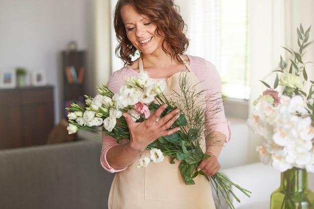 Mulher fazendo arranjo floral