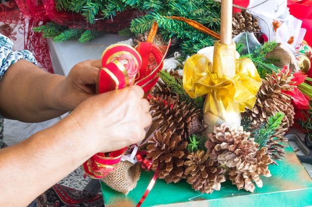 Mulher fazendo artesanato para o natal