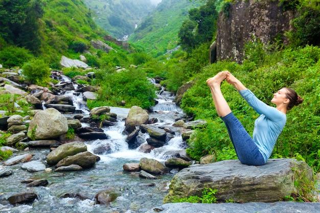 Mulher fazendo ashtanga vinyasa yoga asana ao ar livre