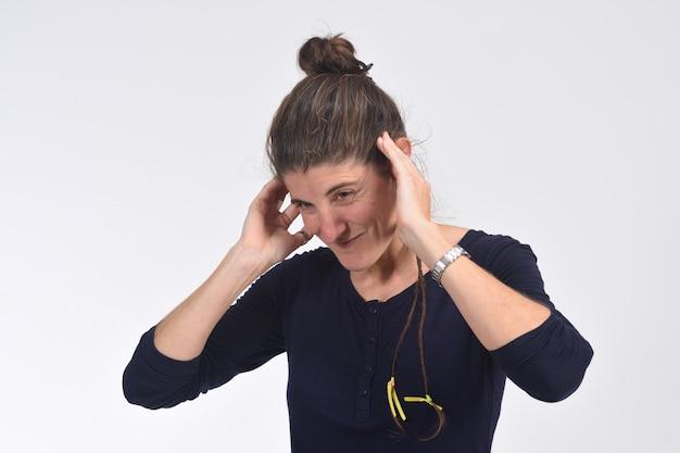 Mulher fazendo barulho machucando suas orelhas