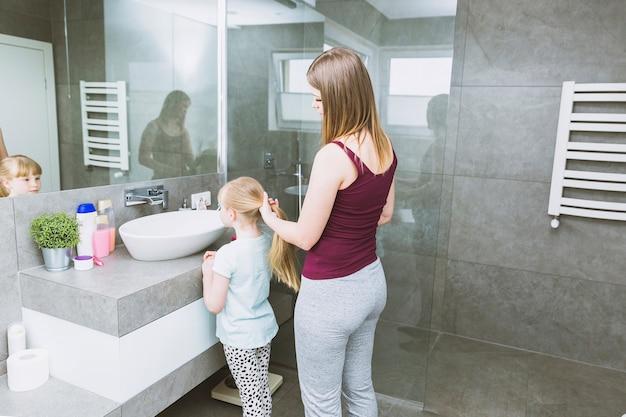 Mulher, fazendo, cabelo, filha