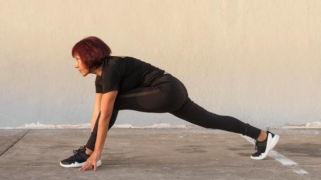Mulher fazendo cardio-lunges poderosos