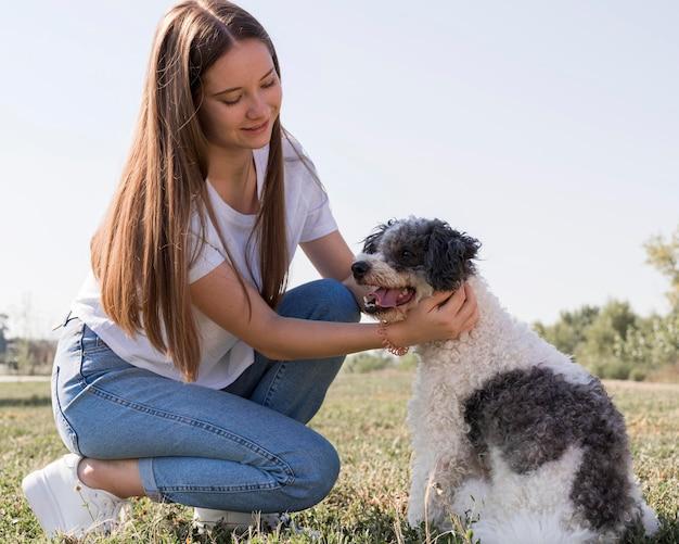 Mulher fazendo carinho no cachorro