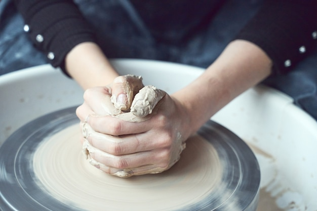 Mulher fazendo cerâmica na roda