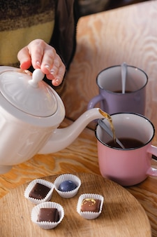 Mulher fazendo chá na cozinha