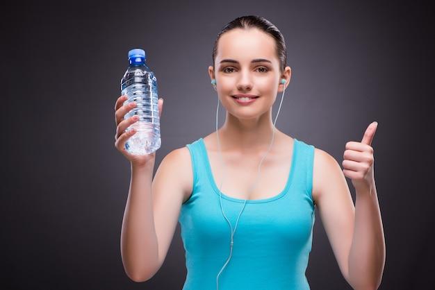 Mulher, fazendo, esportes, garrafa, fresco, água