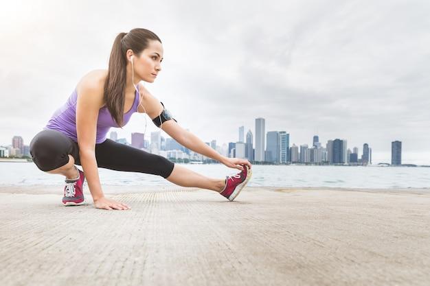 Mulher, fazendo, esticando exercícios, com, chicago, skyline