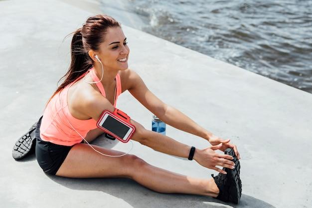 Mulher, fazendo, esticando exercícios