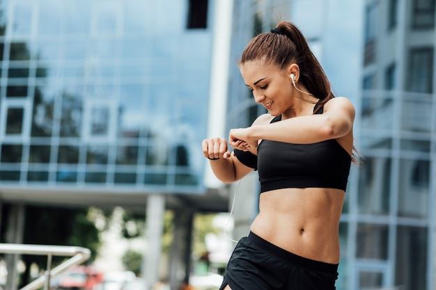 Mulher, fazendo, esticar, exercicses