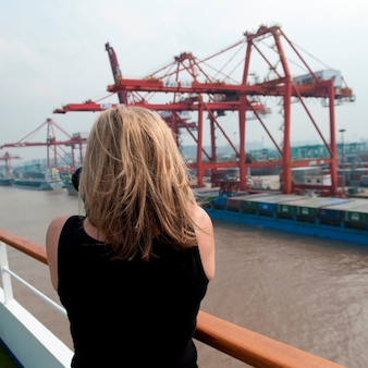 Mulher, fazendo exame retrato, de, doca comercial, rio yangtze, shanghai, china