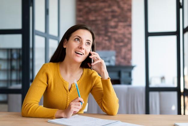 Mulher, fazendo exame uma ruptura, falar, telefone