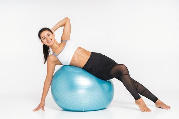 Mulher fazendo exercício com bola de pilates