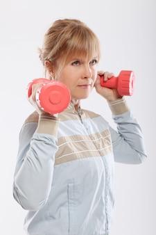Mulher fazendo exercício com halteres vista de trás