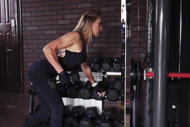 Mulher fazendo exercício com halteres