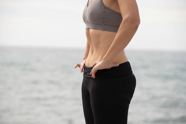 Mulher fazendo exercício hipopressivo no mar