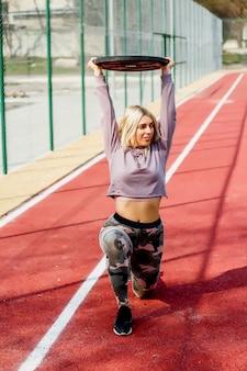 Mulher fazendo exercício no parque infantil de esporte de rua