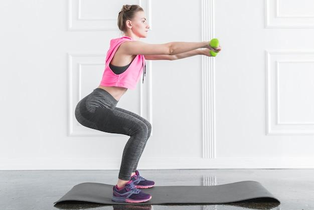 Mulher, fazendo, exercícios, com, dumbbells