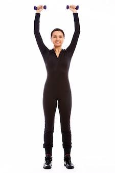 Mulher fazendo exercícios de fitness com pesos