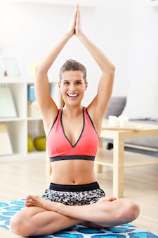 Mulher fazendo exercícios de fitness em casa