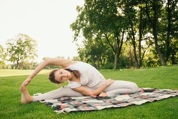 Mulher fazendo exercícios de ioga
