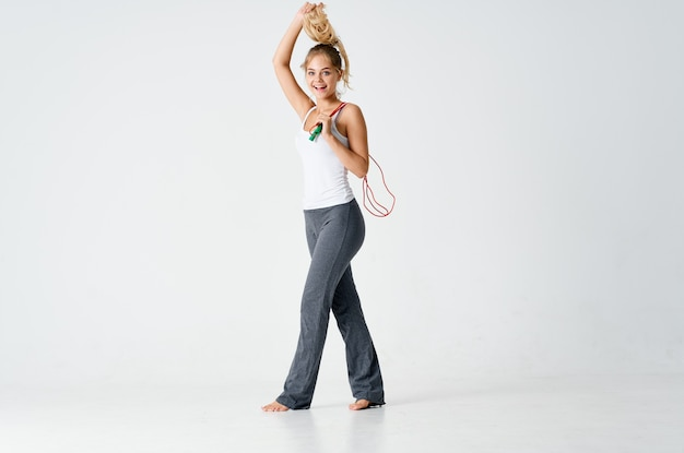 Mulher fazendo exercícios de treino de energia para pular corda