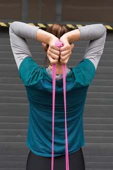 Mulher fazendo exercícios esportivos