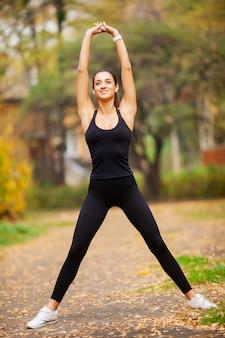 Mulher fazendo exercícios no parque