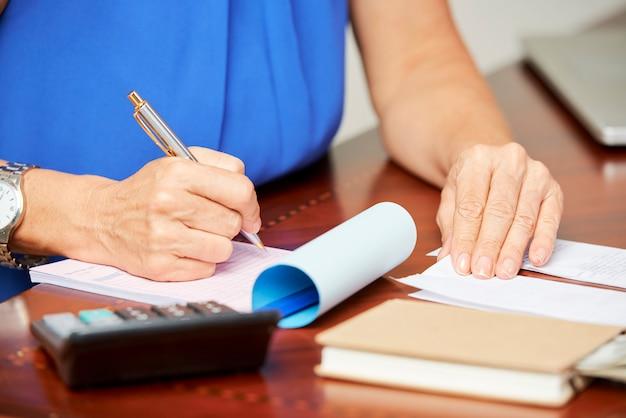 Mulher fazendo finanças em casa