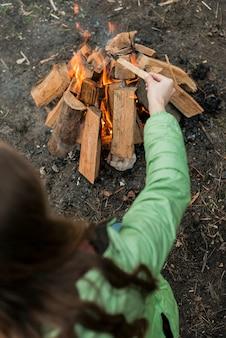 Mulher fazendo fogueira