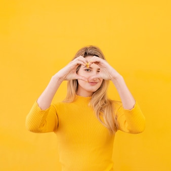 Mulher fazendo gesto em forma de coração