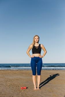 Mulher, fazendo, ginástica, praia