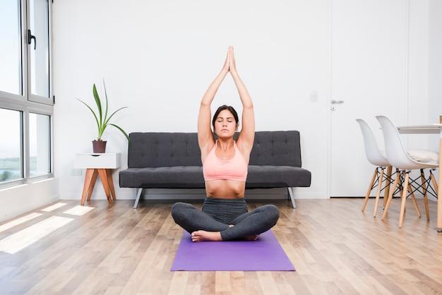Mulher, fazendo, ioga, casa