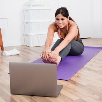 Mulher, fazendo, ioga, com, laptop