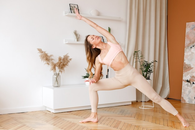 Mulher fazendo ioga em casa no fim de semana