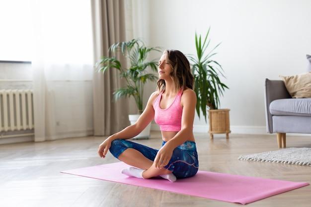 Mulher fazendo ioga em casa