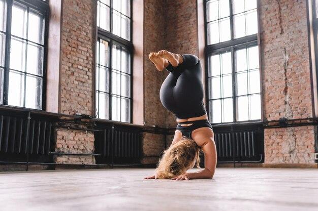 Mulher fazendo ioga na academia