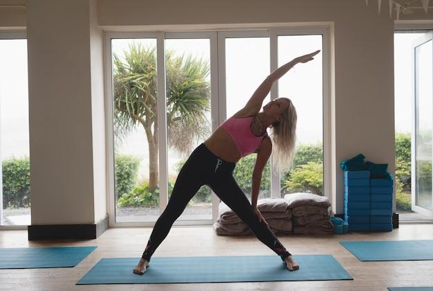 Mulher, fazendo, ioga posa, em, ioga, classe