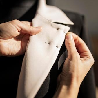 Mulher fazendo jaqueta de perto