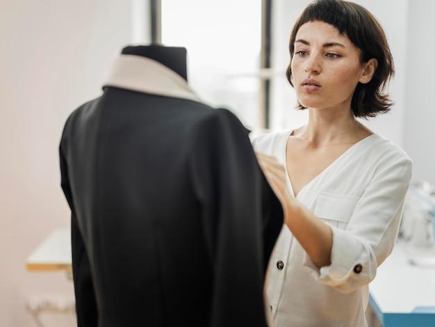 Mulher fazendo jaqueta
