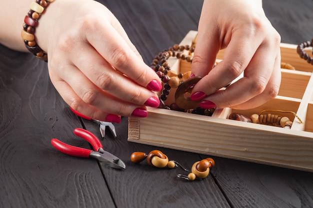 Mulher fazendo jóias em casa