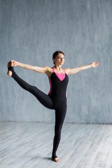 Mulher, fazendo, lateral, perna, extensão
