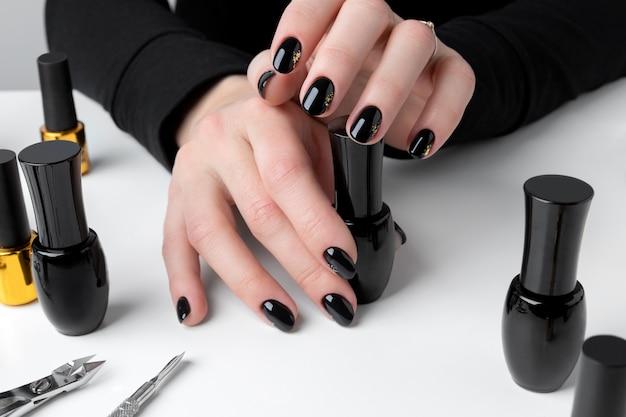 Mulher fazendo manicure no salão de beleza.