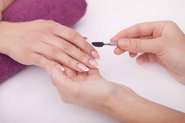 Mulher fazendo manicure no salão de beleza