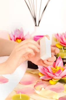 Mulher fazendo manicure